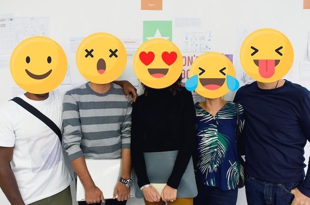 Emoji stand den schülern gegenüber