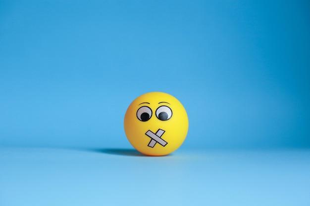 Emoticon des stillen gesichts auf blauem hintergrund