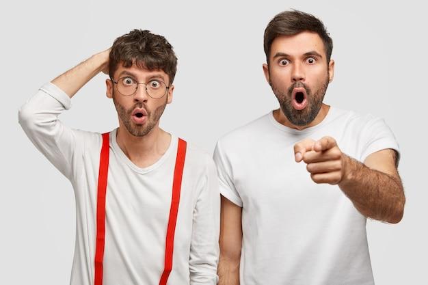Emotional dunkelhaarig bemerken zwei freiberufler etwas schreckliches vor sich und reagieren mit überraschung