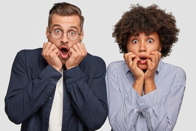 Emotional gemischte rassenpaare starren mit herausgesprungenen augen