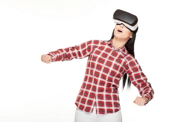 Emotional mädchen in headset von vr gestikulieren und spiel spielen.