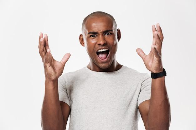 Emotional schreiender junger afrikanischer mann