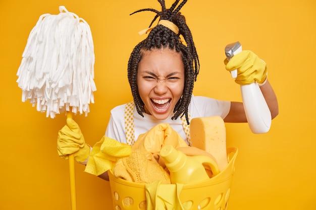 Emotionale afroamerikanerin beschäftigt beim putzen