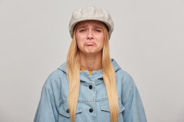 Emotionale blonde frau, beleidigt, verärgert, kurz davor zu weinen, lippen zu schmollen, bekam nicht, was sie wollte