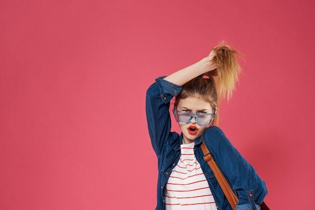 Emotionale frau, die brillen modischen kleidungsrucksackspaß-studentenlebensstil trägt