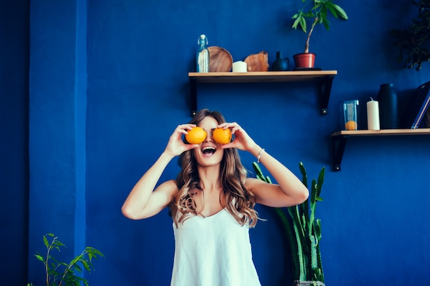 Emotionale frau, die orangen hält