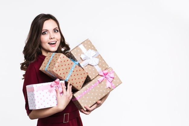 Emotionale frau mit geschenken