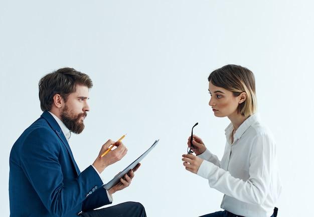 Emotionale frauen- und junge mannkommunikation auf einem hellen hintergrundpsychologieverständnis