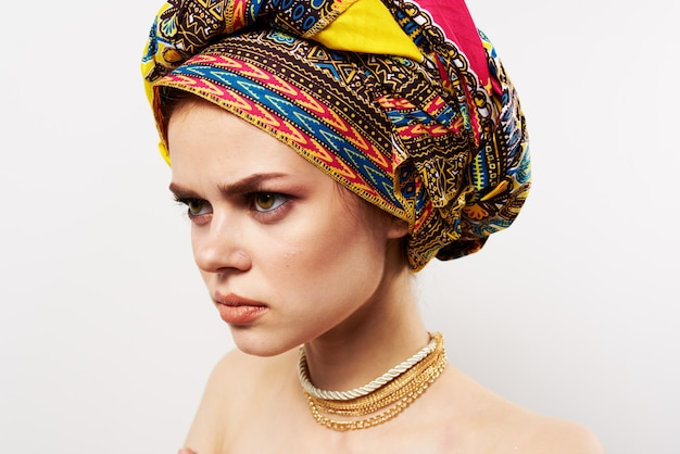 Emotionale fröhliche frau mit einem turban auf ihrem kopf traditionelle kleidungsstudio nahaufnahme.