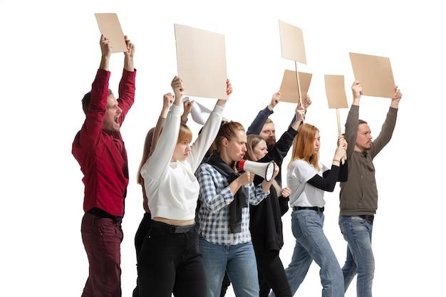 Emotionale multikulturelle gruppe von menschen, die schreien, während sie leere plakate auf weiß halten Kostenlose Fotos