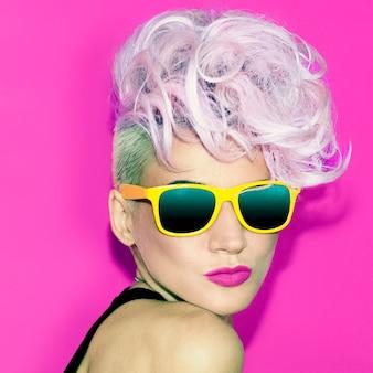 Emotionaler glamouröser blonder disco-punk-modestil