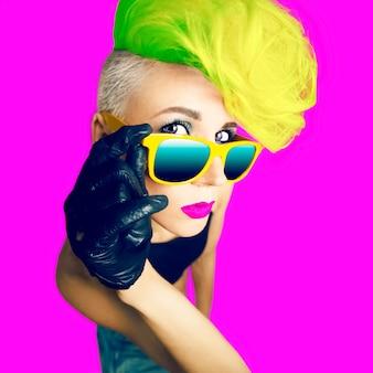Emotionaler glamouröser lady-disco-punk-modestil