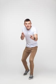 Emotionaler junge, der mit dem finger auf die kamera zeigt. innenaufnahme