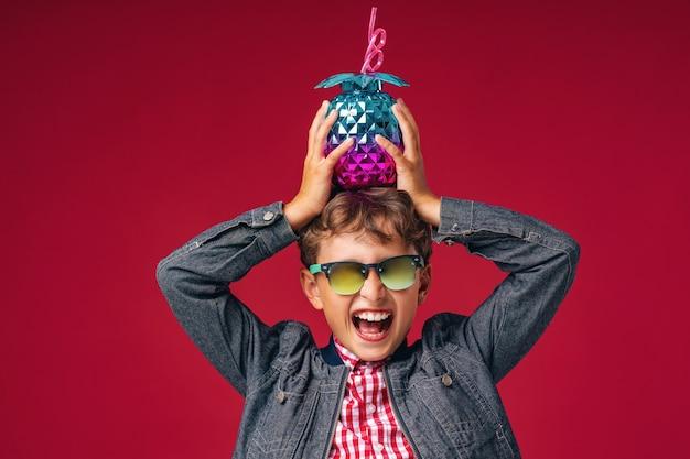 Emotionaler junge, der sonnenbrille und modische kleidung trägt