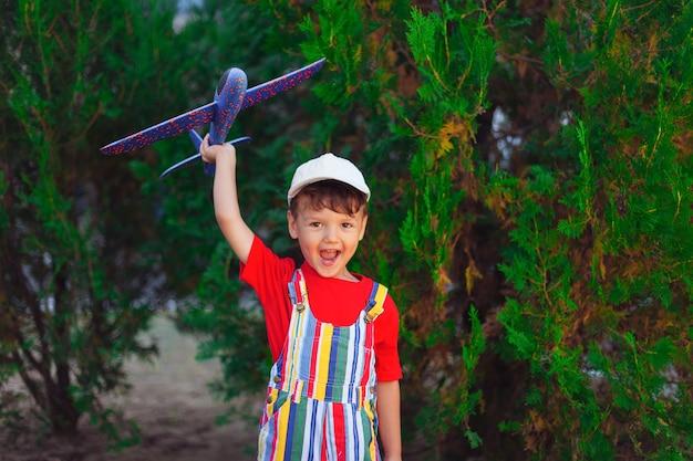 Emotionaler junge mit flugzeug in seinen händen