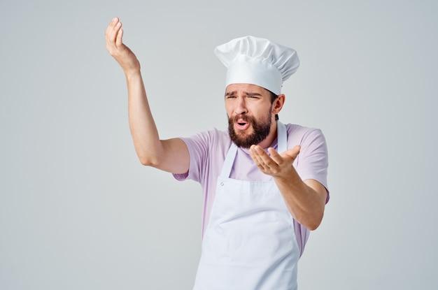 Emotionaler koch, der mit den händen gestikuliert gourmet-profi-küche