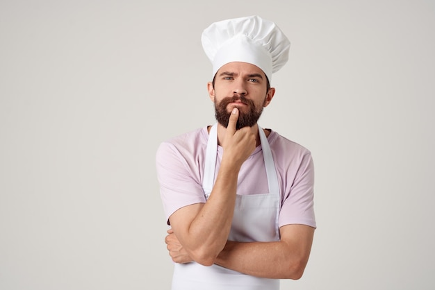 Emotionaler männlicher koch küche restaurant service arbeit