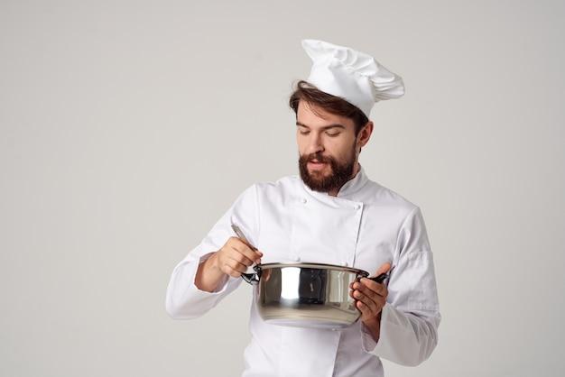 Emotionaler männlicher koch mit einem topf in seinen händen, der die restaurantindustrie kocht