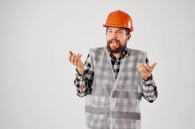 Emotionaler mann bauindustrie arbeit handgesten hellen hintergrund