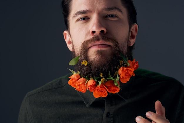 Emotionaler mann blüht in einem bartgeschenk-romantikdekorationsstudio