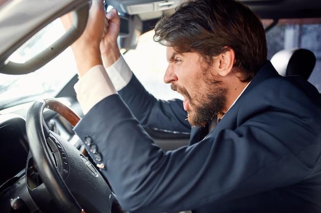 Emotionaler mann, der einen luxus-lifestyle-service für eine autofahrt fährt