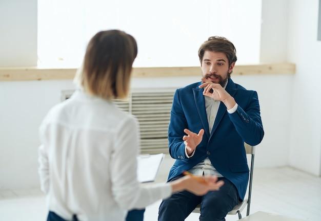 Emotionaler mann, der mit psychologen-stresstherapie-diskussion kommuniziert