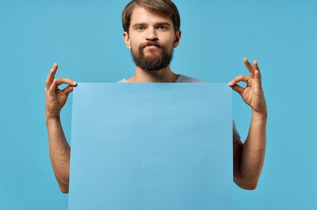 Emotionaler mann, der mocap-plakatkopienraum-werbemarketing in der hand hält