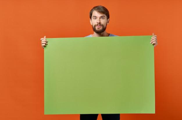 Emotionaler mann, der mocap plakatwerbekommunikation in der hand hält.