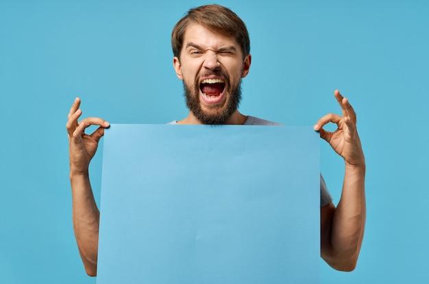 Emotionaler mann, der plakatkopienraum-werbemarketing in der hand hält.