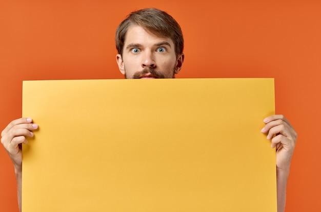 Emotionaler mann gelber mockup poster rabatt orange hintergrund