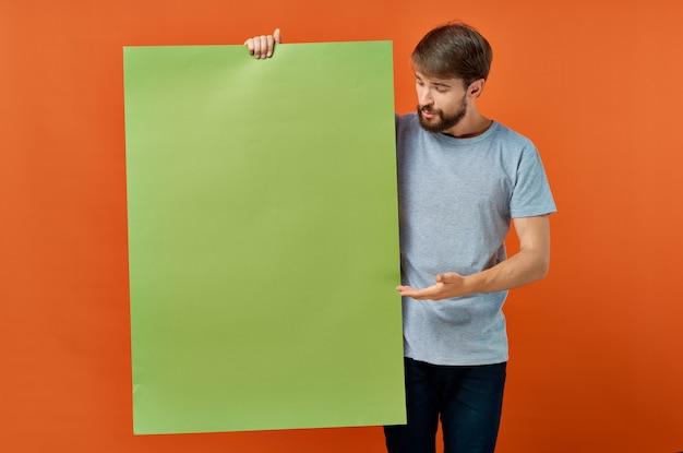 Emotionaler mann grün mockup poster rabatt studio lifestyle. foto in hoher qualität