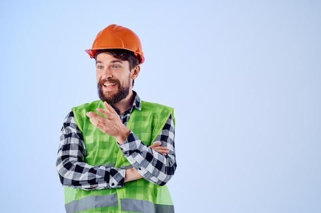 Emotionaler mann grüne weste orange helm workflow handgesten isoliert hintergrund