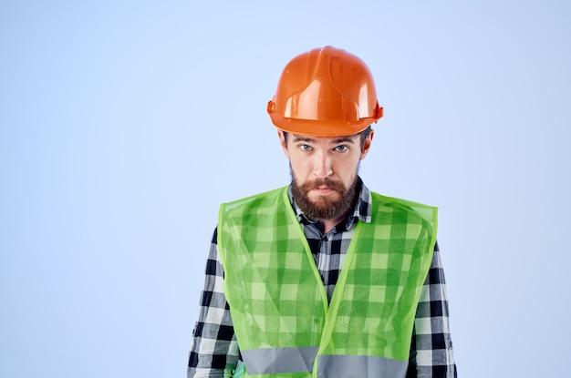 Emotionaler mann grüne weste orange helm workflow handgesten studio