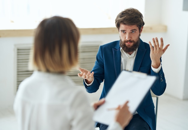 Emotionaler mann im gespräch mit psychologe professionelle beratung patienten diagnose