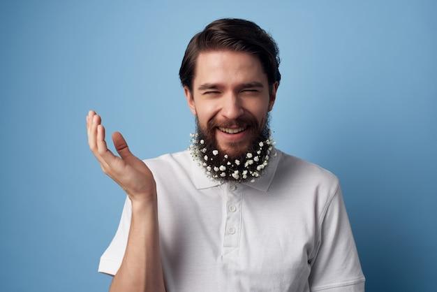 Emotionaler mann im weißen hemd blüht in bartfriseurdekoration