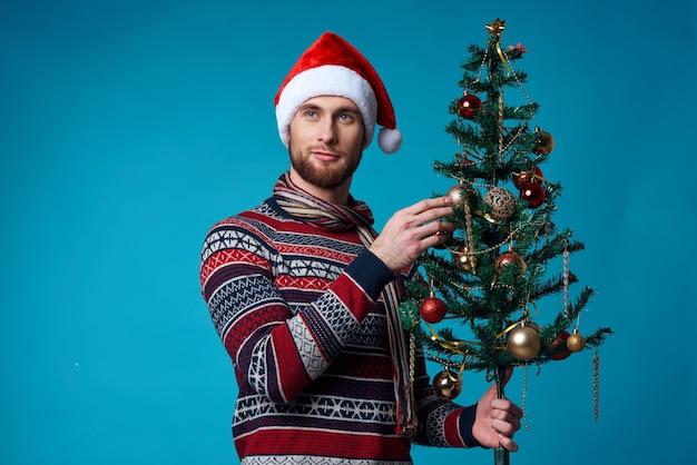 Emotionaler mann in einem weihnachtlichen weißen mockup-poster auf blauem hintergrund