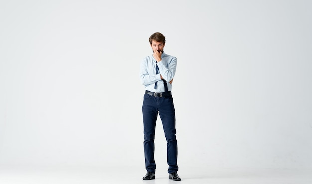 Emotionaler mann manager büroarbeit emotionen. foto in hoher qualität