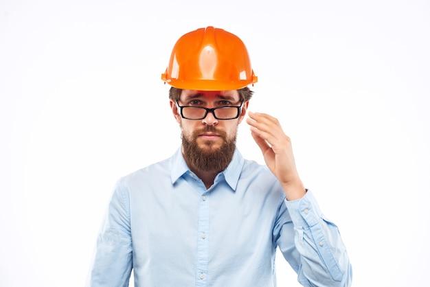 Emotionaler mann professioneller arbeitender berufsschutzuniform. foto in hoher qualität