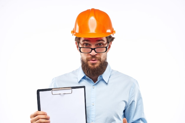 Emotionaler mann professioneller arbeitsberuf schutzuniform