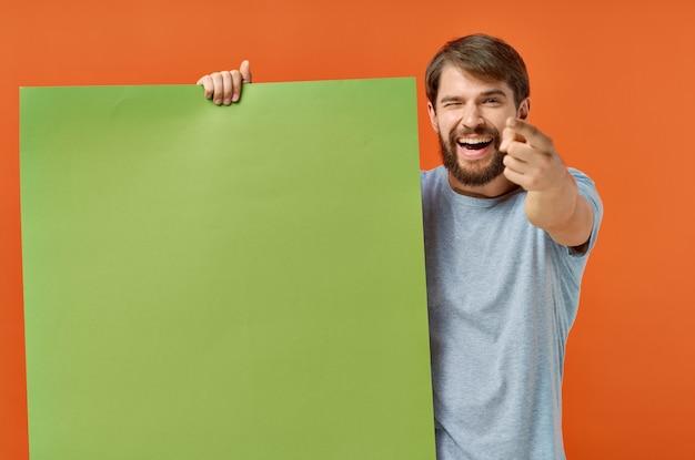 Emotionaler mann t-shirts grünes modellplakatpräsentationsmarketing