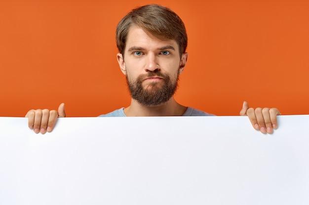 Emotionaler typ des plakatmodells, der ein weißes blatt papier hält.