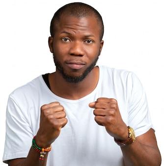 Emotionaler verärgerter junger afrikanischer mann