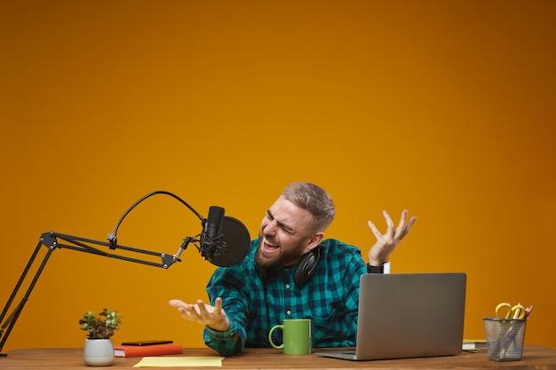 Emotionaler vlogger, der inhalte neu codiert