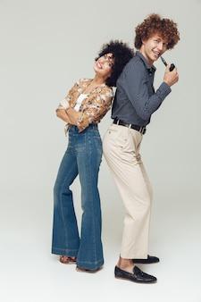 Emotionales glückliches retro liebendes paar stehend und posierend