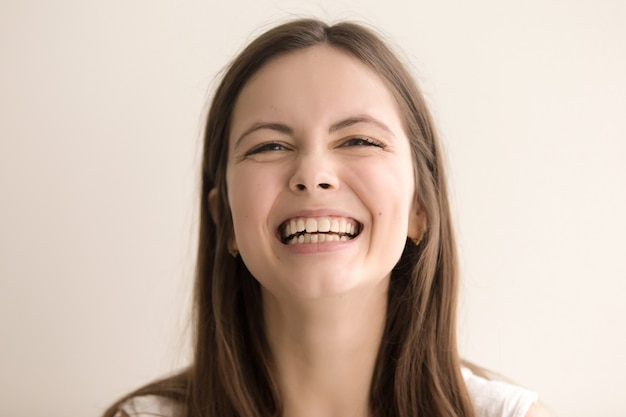 Emotionales headshot portrait des lachens der jungen frau
