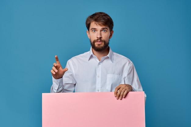 Emotionales männliches rosa modellplakat-kopienraum-werbeblau.