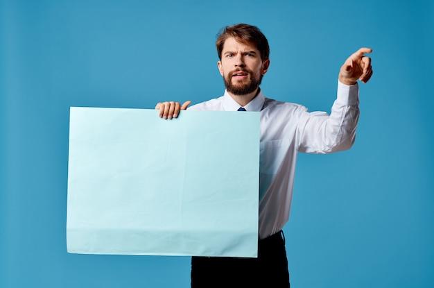 Emotionales mannhemd mit krawatte, die bannerwerbung blau hält