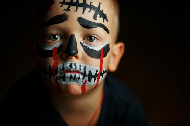 Emotionales porträt eines jungen mit einem furchtsamen zombie auf seinem gesicht