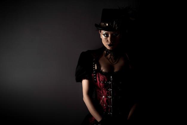 Emotionales portrait der jungen frau steampunk