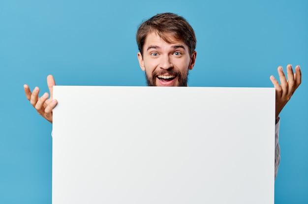 Emotionales weißes mockup-poster des mannes in der hand, das blauen hintergrund annonciert